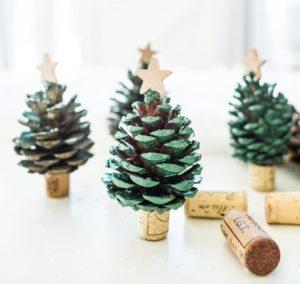 Декоративные новогодние ёлочки из шишек.