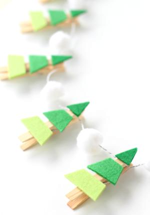 Гирлянда с ёлочками-амбре и снежными шарами.