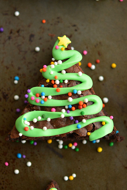 Новогодние пирожные брауни для праздничного стола.