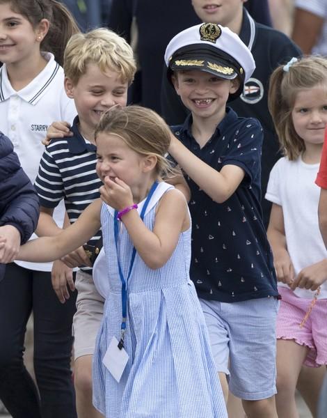 Забавные дети герцогов Кембриджских болеют за родителей.