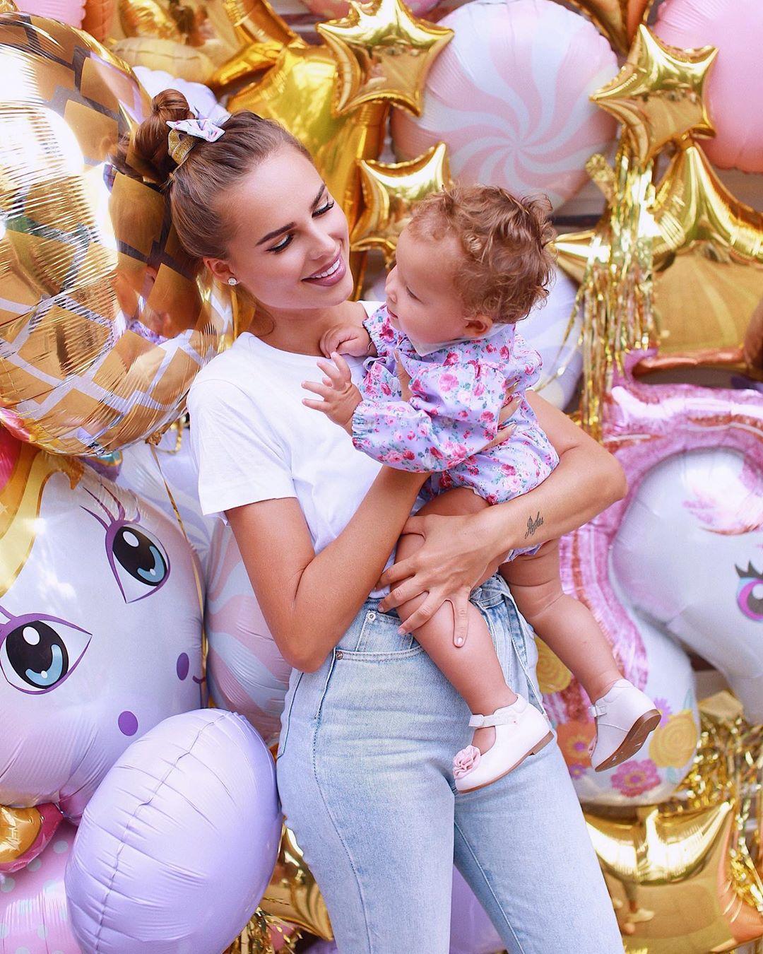 Певица Ханна отметила первое день рождение дочери и раскрыла её имя