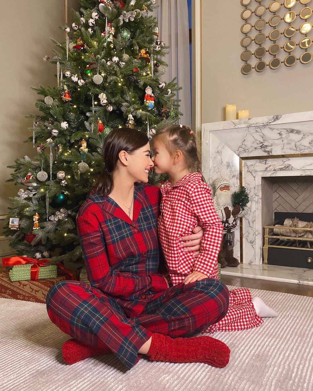 """""""Любимая часть года"""" - Елена Темникова поделилась фотографиями с дочерью."""