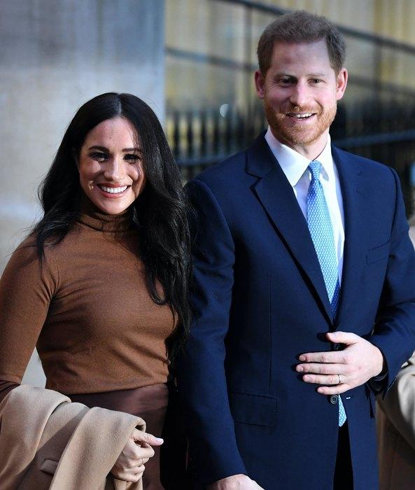 Меган Маркл и принц Гарри сложили с себя королевские полномочия и уходят из семьи.